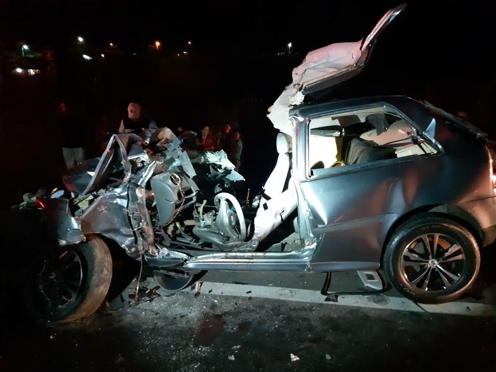 Condutor de carro morre após ônibus descer ribanceira e atingir veículo de passeio. — Foto: PRF/ Divulgação