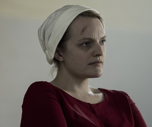 Elisabeth Moss em cena de 'The Handmaid's Tale'   Reprodução