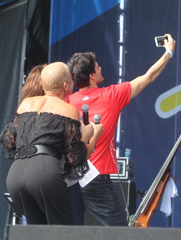 Xuxa faz selfie com Bianca Senna e Hugo Bonemer (Foto: Marcello Sá Barreto/Brazil News)
