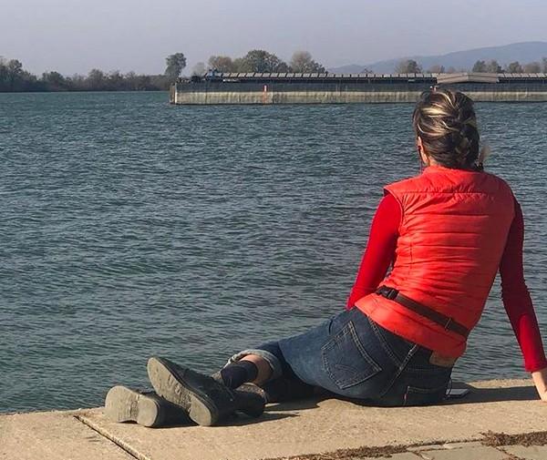 A última foto compartilhada pela cantora romena Anca Pop, com ela sentada observando o Rio Danúbio (Foto: Instagram)