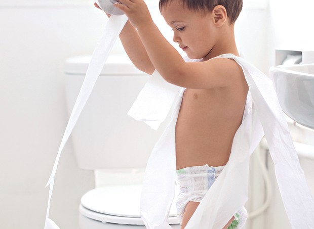 menino; banheiro; fralda (Foto: Yuri Arcurs / Getty Images)