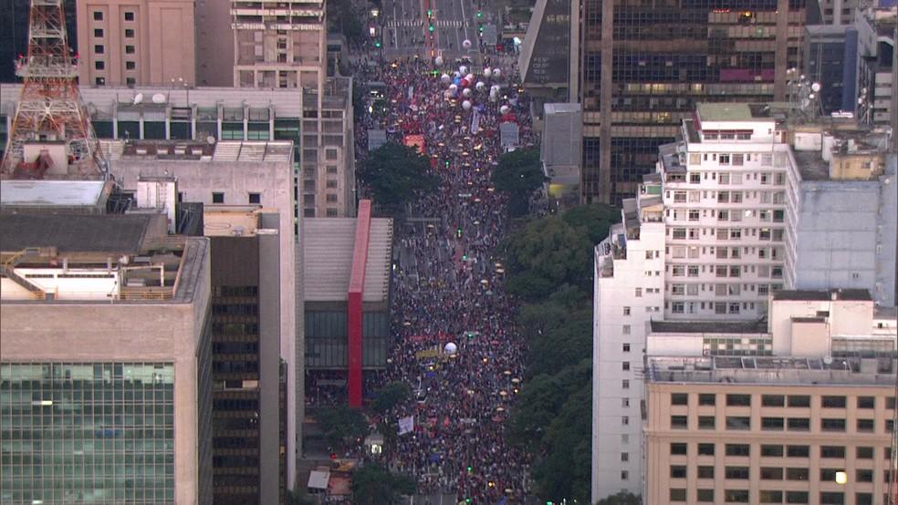 SÃO PAULO, 17h32: Protesto bloqueia os dois sentidos da Avenida Paulista na sexta (14) — Foto: SP2/TV Globo