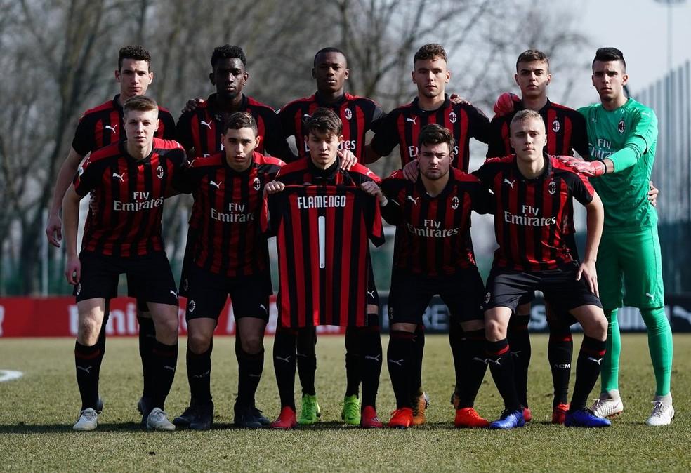 No detalhe, a homenagem do Milan ao Flamengo durante jogo da base rossonera — Foto: Divulgação/Milan