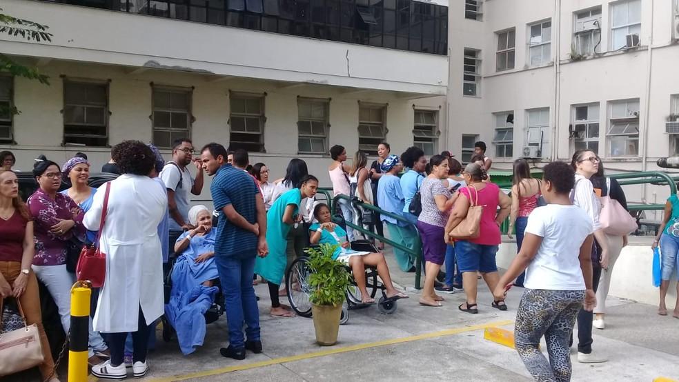 Pacientes do lado de fora do Hospital das Clínicas, em Salvador, após incêndio — Foto: Cid Vaz/TV Bahia
