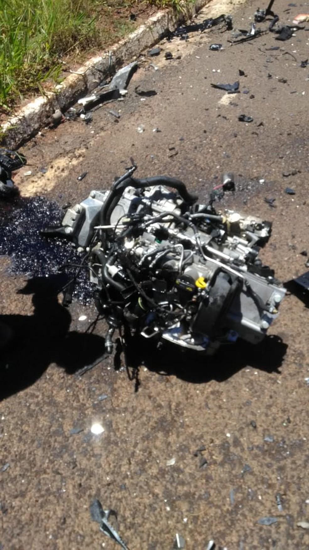 Motor de veículo foi arremessado e ficou jogado na pista da BR-262 na tarde desta quarta (17) — Foto: riopardonews