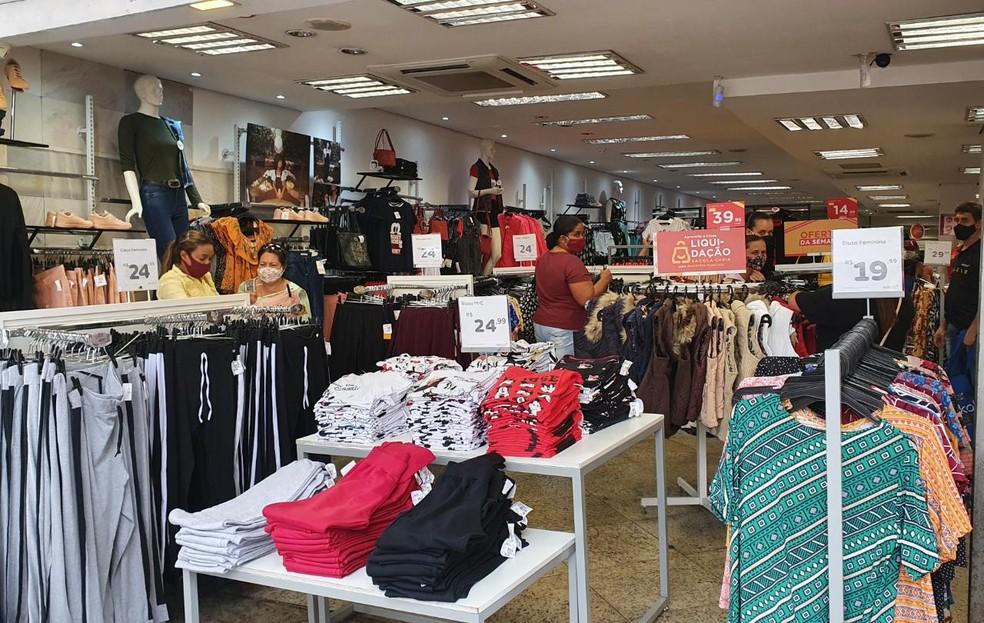 Por volta das 9h, o comércio começou a abrir as portas e, além das ruas, corredores dos estabelecimentos, como as lojas de roupa, ficaram cheios — Foto: Camila Falabela/TV Globo
