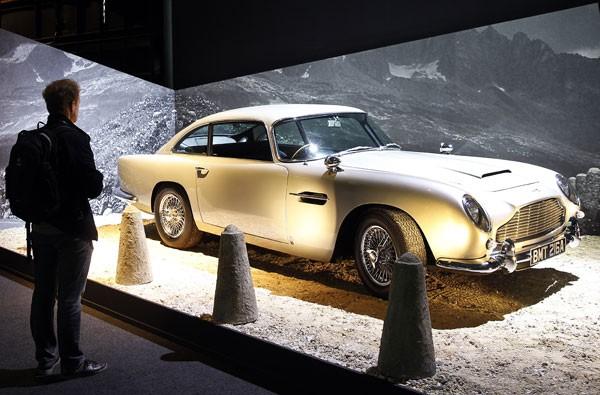 Aston Martin DB5, do filme 007 contra Goldfinger (1964), é exibido em exposição dedicada a James Bond em 2016 em Paris (Foto: Thierry Chesnot/Getty Images)