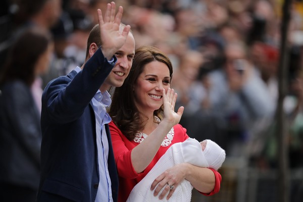 O Príncipe William com a esposa, Kate Middleton, e o caçula dos dois, o Príncipe Louis  (Foto: Getty Images)