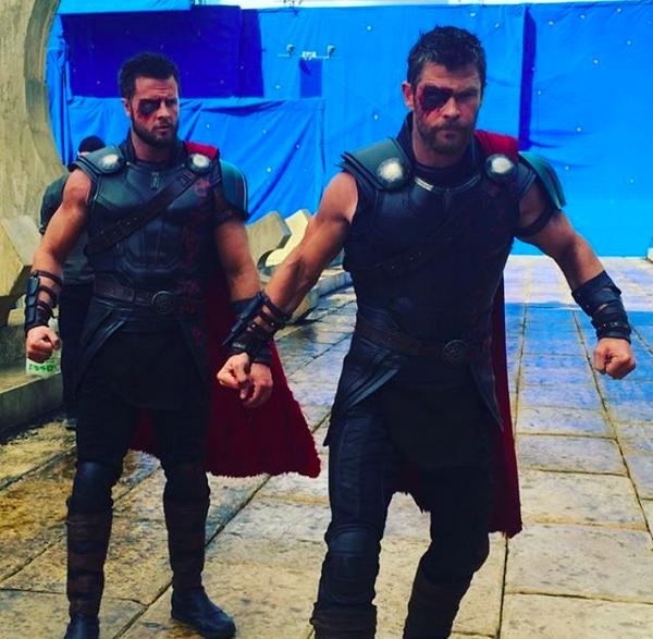 O dublê Bobby Holland Hanton gravando o terceiro filme do herói Thor ao lado de Chris Hemsworth (Foto: Instagram)