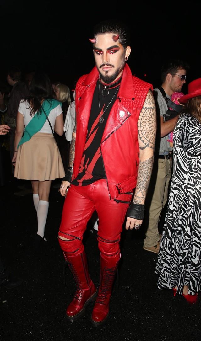 Adam Lambert em fantasia de diabo (Foto: Backgrid)