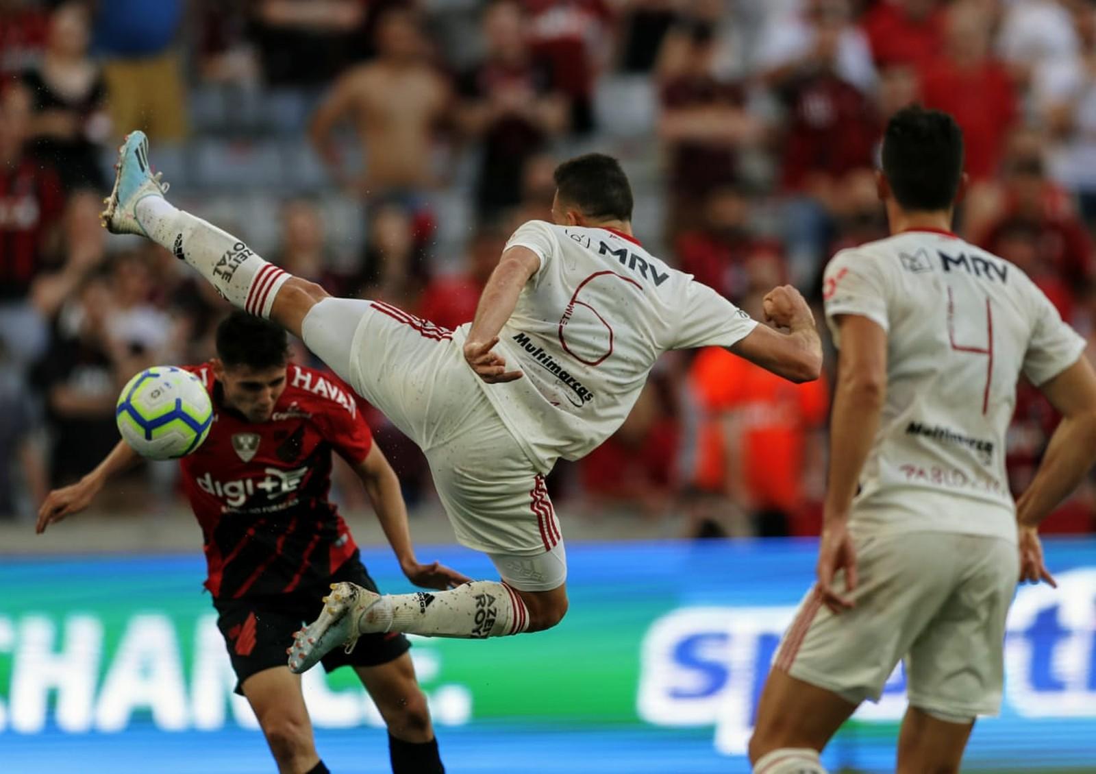 Renê teve boa atuação na marcação e ainda deu assistência no ataque — Foto: Jonathan Campos/Gazeta do Povo