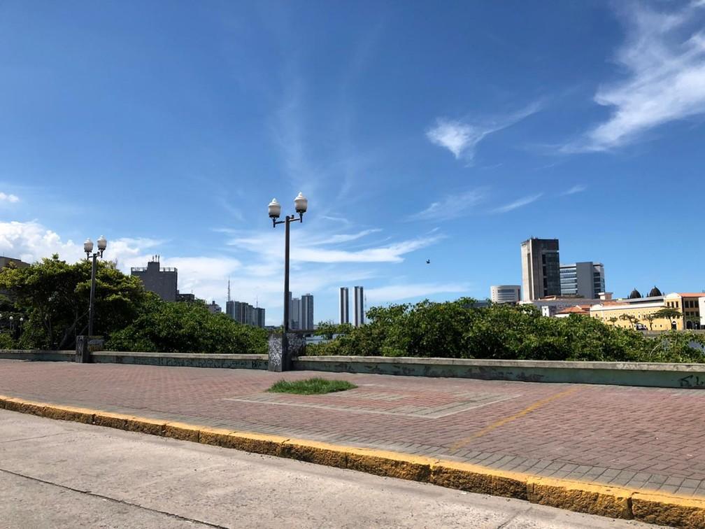 RECIFE - Centro do Recife ficou vazio nesta terça (24) devido ao isolamento social para conter pandemia de coronavírus — Foto: Pedro Alves/G1