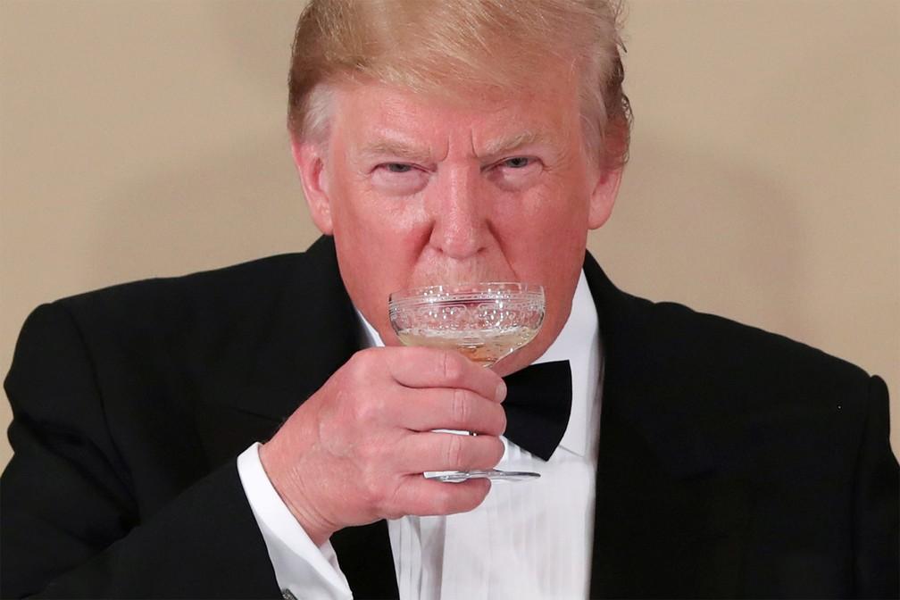 27 de maio - O presidente dos EUA, Donald Trump, toma um gole de bebida durante banquete no Palácio Imperial de Tóquio, no Japão — Foto: Jonathan Ernst/Reuters