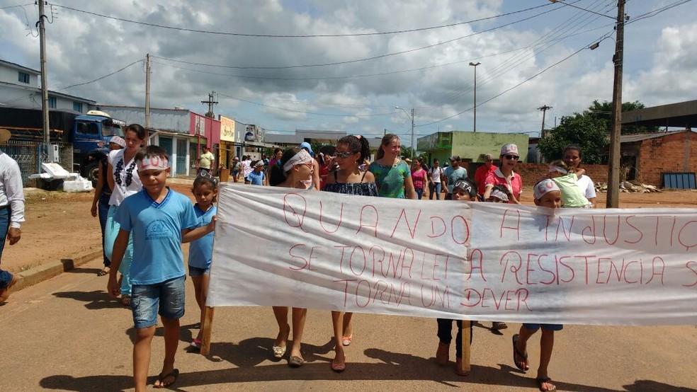 Na semana passada pais fizeram protesto contra fechamento (Foto: Rede Amazônica/Reprodução)