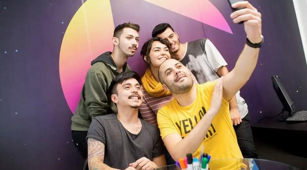 O influencer Rafael Xum com a equipe de apoio da Megaspace  (Foto: Estadão Conteúdo)