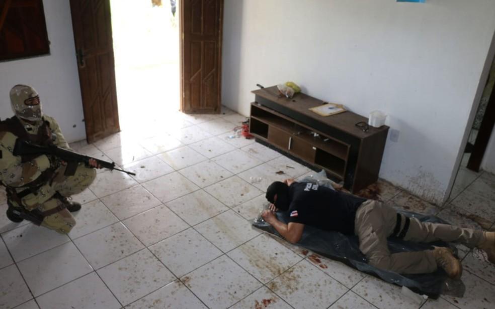 Policiais da Bahia na reprodução simulada da morte do miliciano Adriano da Nóbrega, em sítio da cidade de Esplanada — Foto: Alberto Maraux/SSP-BA