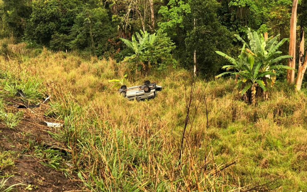 Um bebê de quatro meses morreu e cinco pessoas ficaram feridas após um carro capotar na BR-101 — Foto: Divulgação / Secretaria de Saúde de Alcobaça