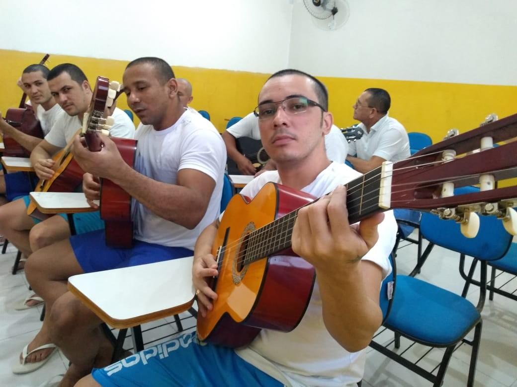Centro de detenção do RN oferece aulas de violão a presos em projeto de ressocialização