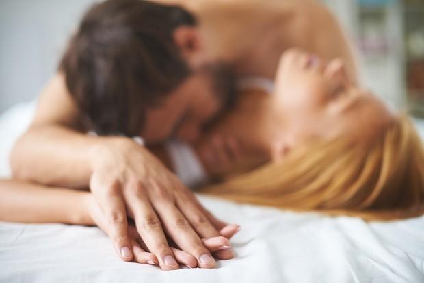 Passar mais tempo na cama - sozinho ou acompanhado - pode trazer mais felicidade (Foto: Thinkstock)