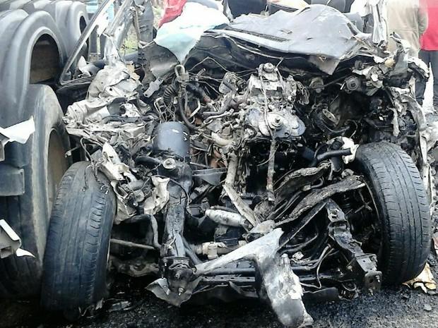 Caminhonete de luxo ficou destruída após colisão com caminhão-tanque na BR-232, em Tacaimbó (Foto: Divulgação/PRF)