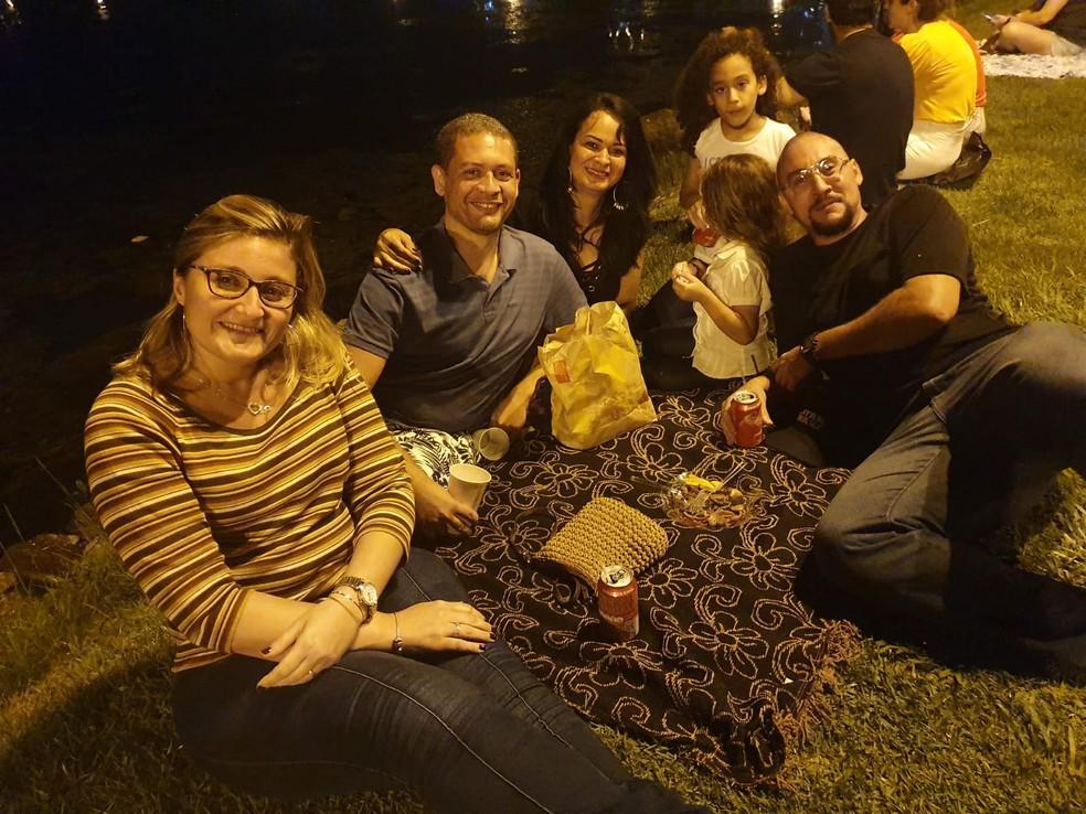 Compadres na Lagoa: para grupo de amigos, vir à inauguração da árvore da Lagoa é tradicional. — Foto: Elisa Soupin/G1