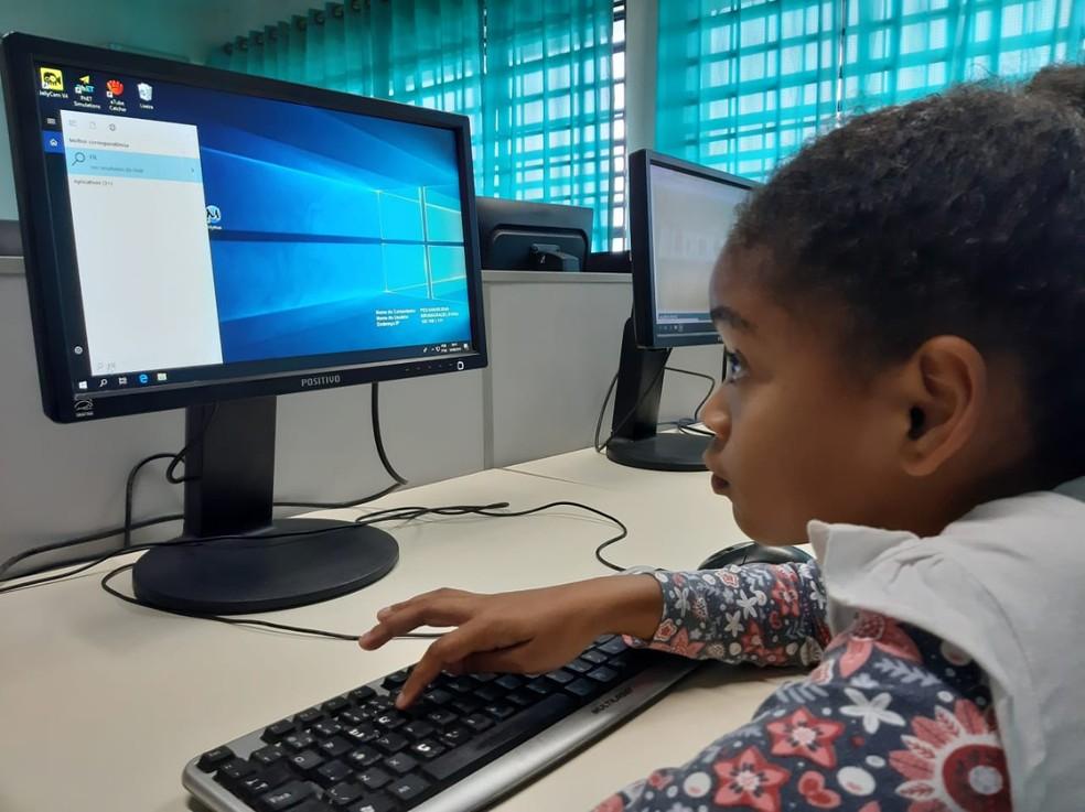 Crianças aprendem desde noções básicas de informática até a navegar na internet e brincar com jogos online — Foto: Maiara Barbosa/G1
