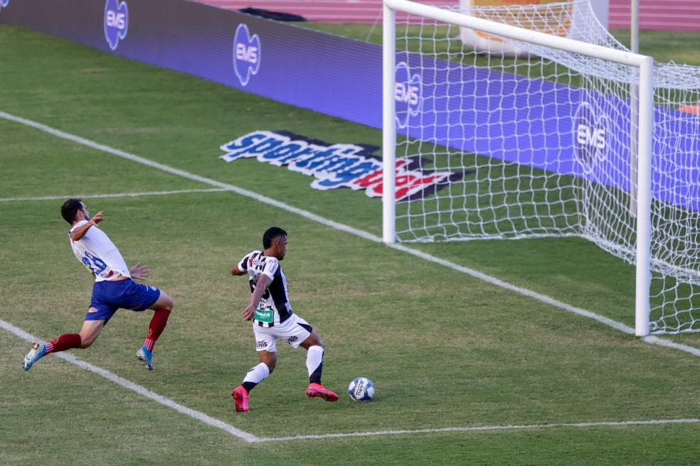 Trapalhada entre Anderson e Juninho Capixaba deixa Fernando Sobral com gol limpo para empatar jogo — Foto: Felipe Santos/cearasc.com