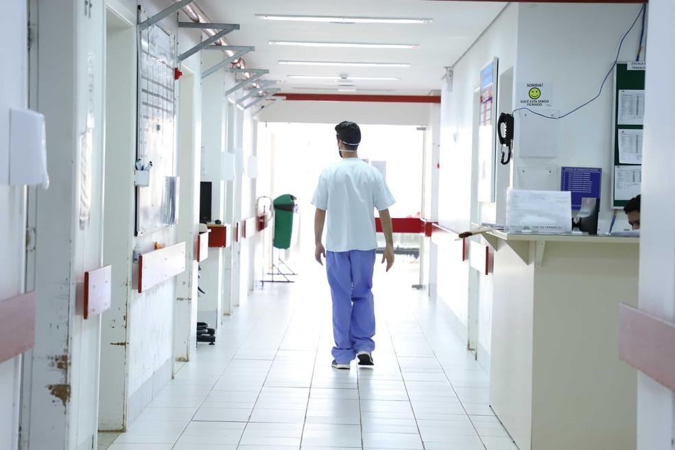 Profissional de saúde no Hospital Regional Universitário de Ponta Grossa — Foto: Jose Fernando Ogura/AEN