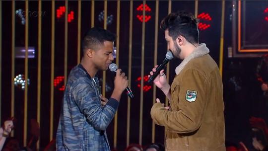 Luan Santana canta com fã no palco do 'SóTocaTop'