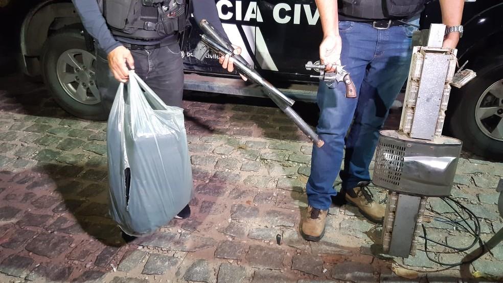 Arma e outros objetos apreendidos com o grupo suspeito de integrar milícia em Bom Jesus, no RN — Foto: Sérgio Henrique Santos/Inter TV Cabugi