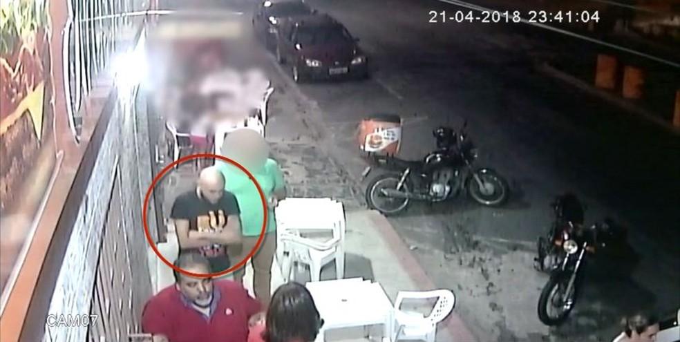 Vídeo mostra pastor, esposa e filho em lanchonete após incêndio (Foto: Reprodução/ TV Gazeta)