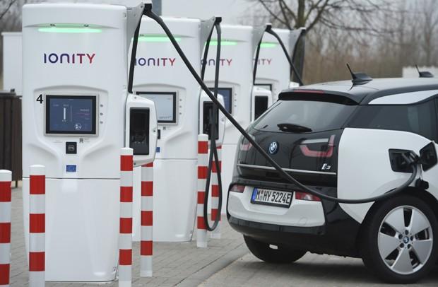Estação de carga de carros elétricos na Alemanha (Foto: Getty Images)