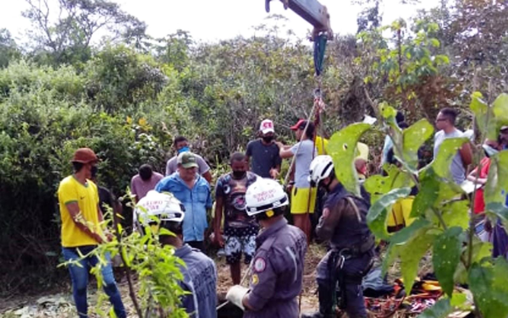 Homem e cavalo caem em poço com cerca de 20 metros e são resgatados pelo Corpo de Bombeiros na Bahia