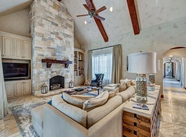 Uma lareira personalizada aquece o ambiente (Foto: Christie's International Real Estate/ Reprodução)
