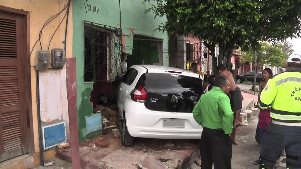 -  Carro invade casa em Fortaleza; testemunhas falam que motorista fazia manobras perigosas  Foto: TV Verdes Mares/Reprodução