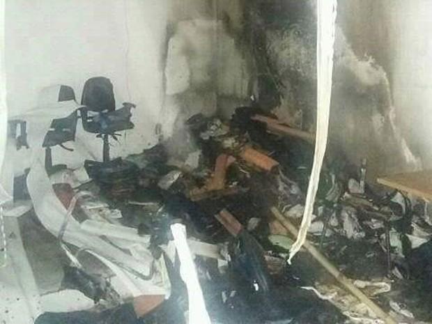 Sala do Fórum em Urbano Santos foi parcialmente incendiada (Foto: O.J / Divulgação)