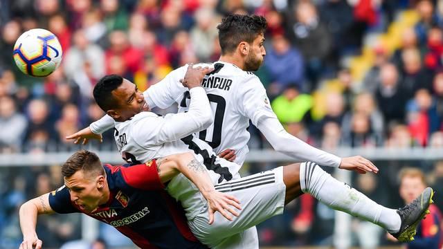 Alex Sandro imprensado entre Lerager e Bentancur em Genoa x Juventus