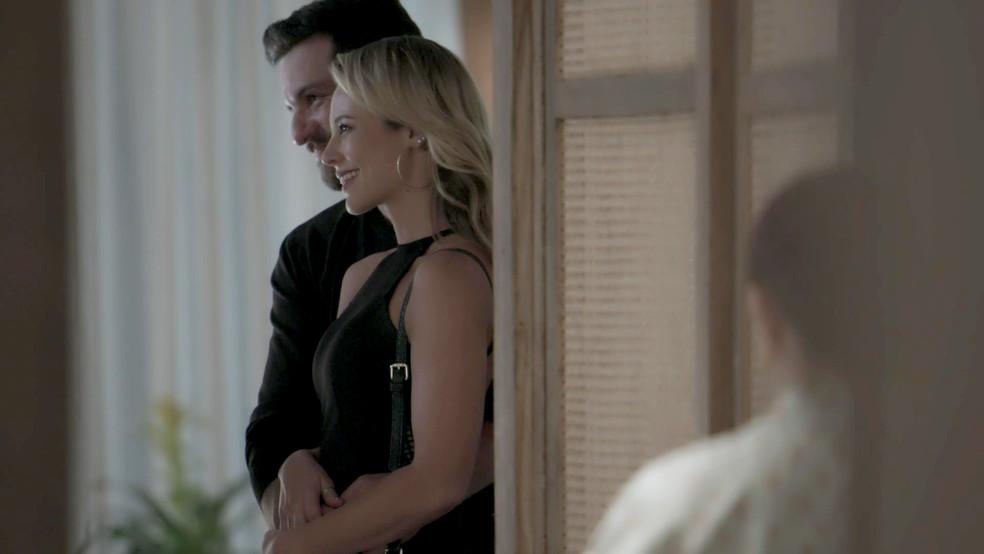 Caio apresenta Jeiza como sua namorada (Foto: TV Globo)