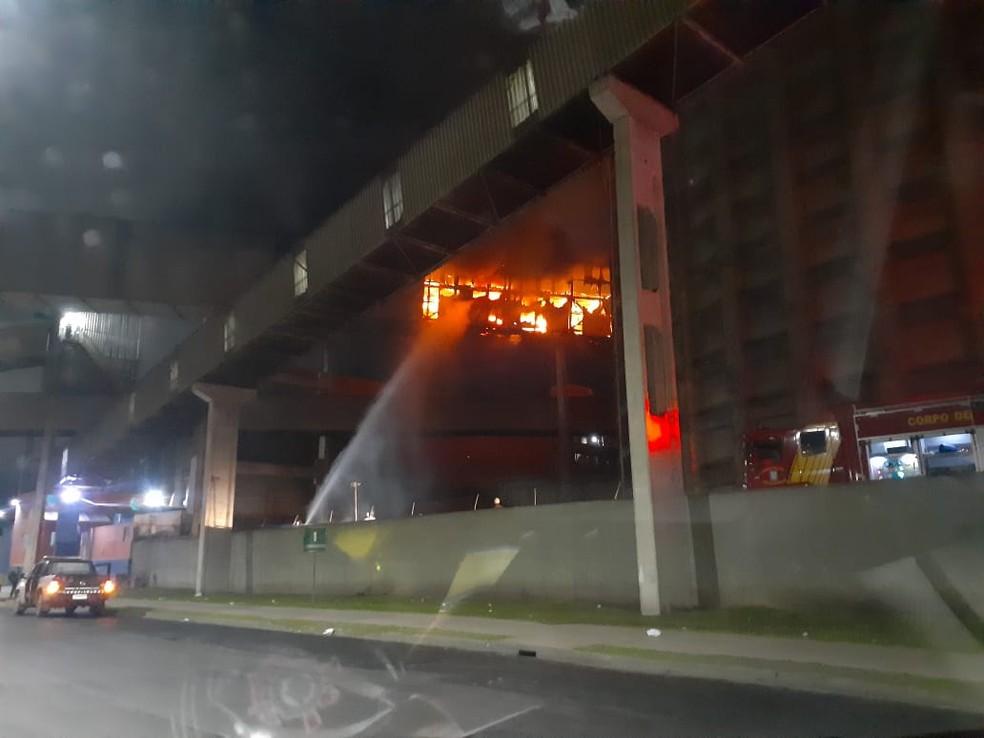 Incêndio foi registrado, em Paranaguá, na madrugada desta quarta-feira (22) — Foto: Felipe Ferreira/Arquivo pessoal