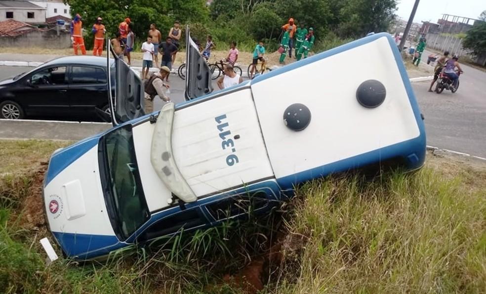 Viatura caiu em buraco durante perseguição a suspeitos em Salvador — Foto: Site Bahia 10