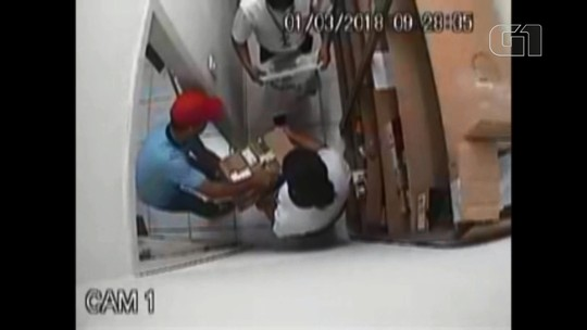 Suspeitos prendem funcionários em depósito de loja durante assalto no litoral do Paraná; assista ao vídeo
