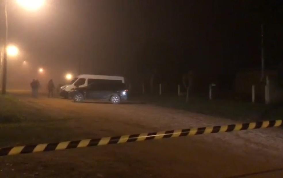 Veículos furaram barreira da PF e houve confronto com policiais federais em Cristal — Foto: Matheus Felipe/RBS TV