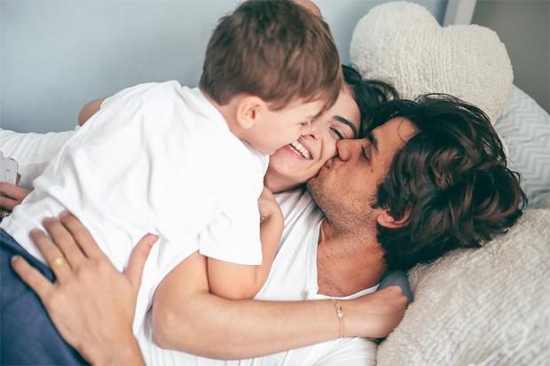 Felipe Simas, Mariana Uhlmann e o filho, Joaquim (Foto: Joana Costa)