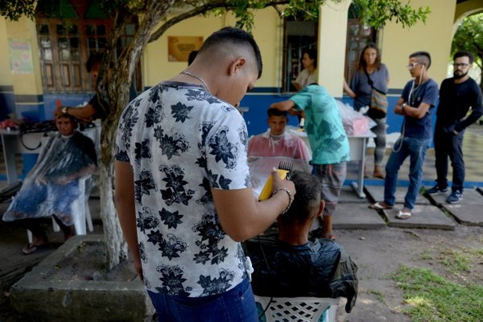 -  Moradores de rua receberam serviços de beleza em ação social em Santarém  Foto: Prefeitura de Santarém/Divulgação