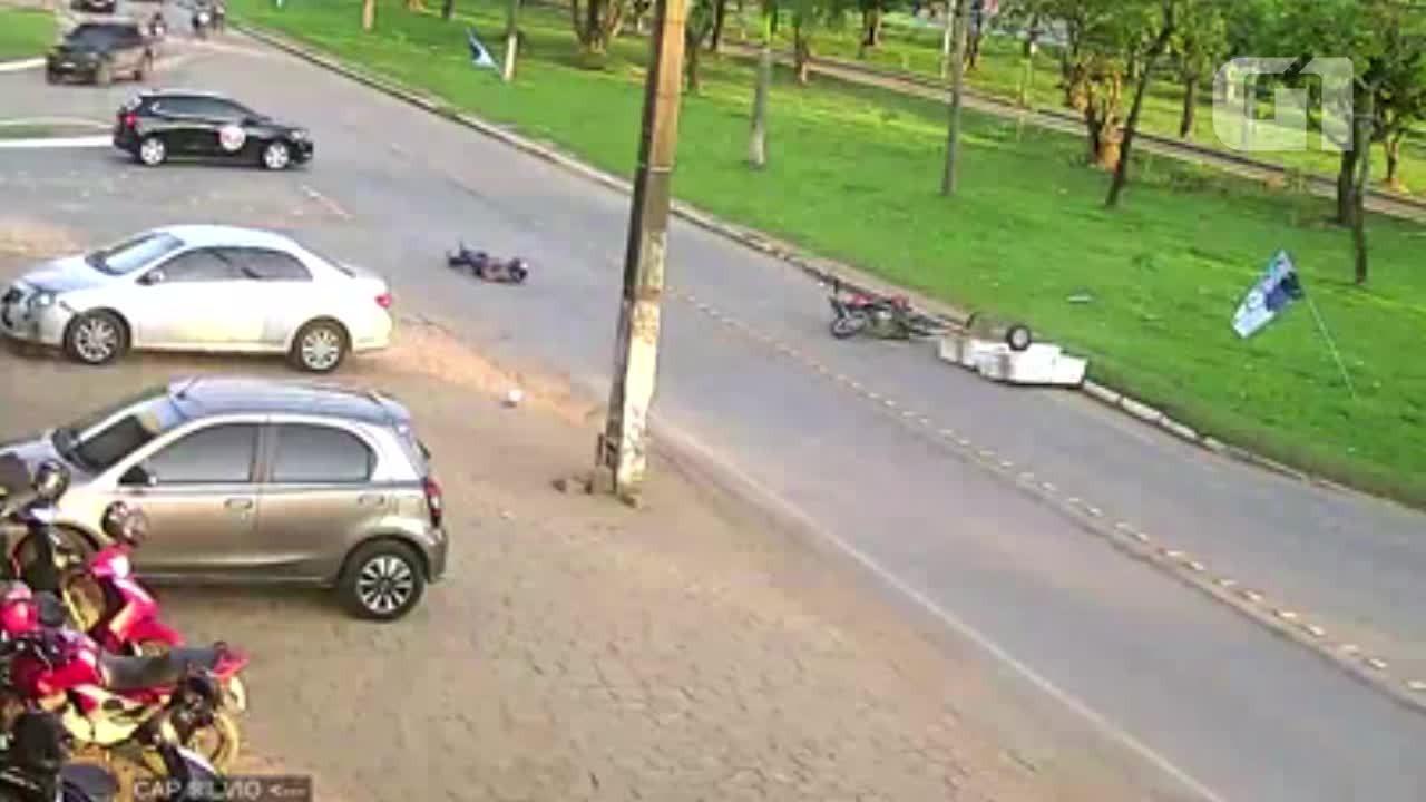 Vídeo mostra carro colidindo contra moto em Rondônia