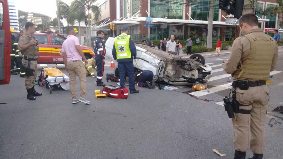 Carro capotou na Avenida Rio Branco, em Florianópolis  (Foto: Bombeiros/Divulgação)