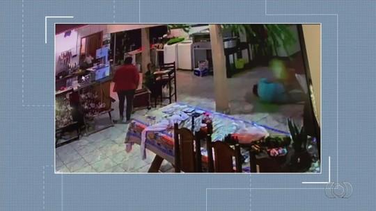 Homem joga cadeira em ladrão para proteger família durante assalto e é morto, em Caiapônia; vídeo