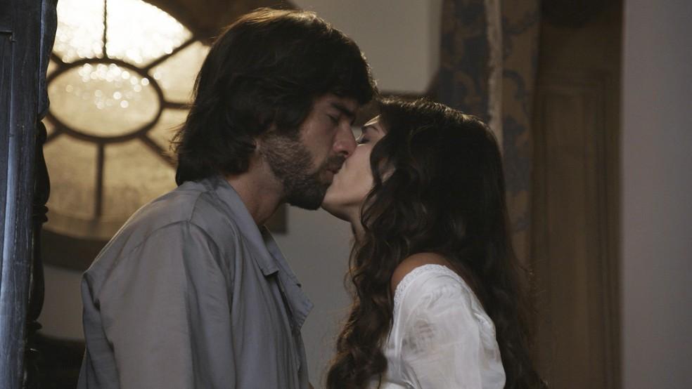 Ela pede desculpas por ter tocado nesse assunto delicado e eles se beijam  (Foto: TV Globo)