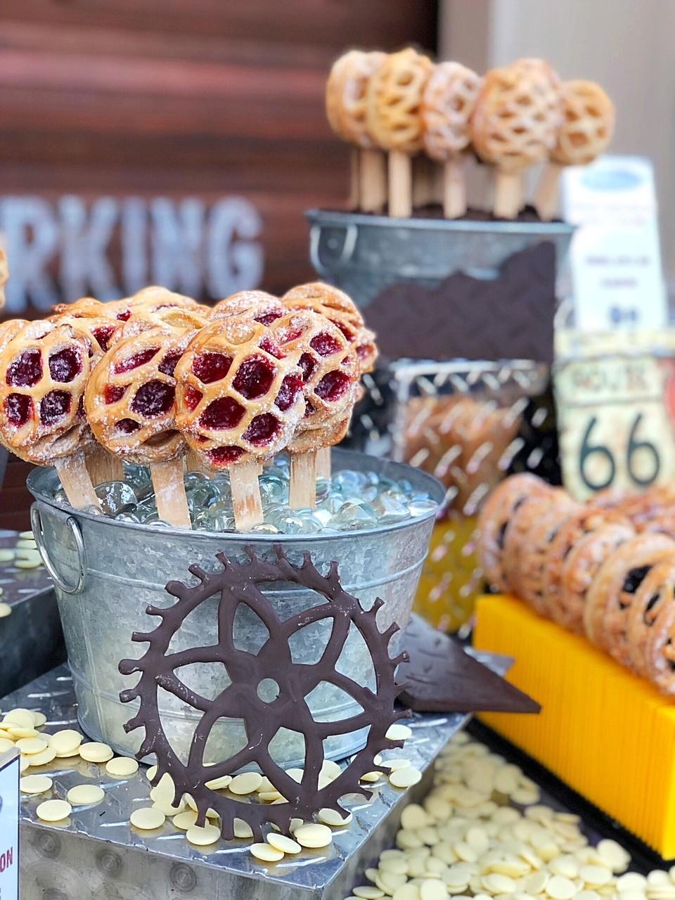 Torta de cereja no palito em formato de roda de carro - deliciosa