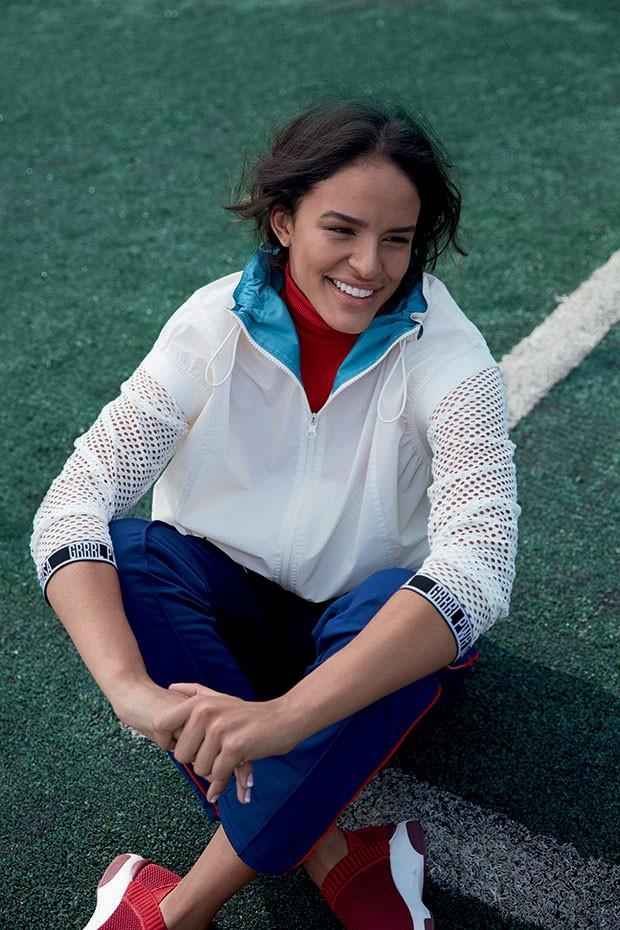 Gabi Nunes veste Stella McCartney para Adidas, Morena Rosa, Levi's e Schutz (Foto: Caroline Curti)